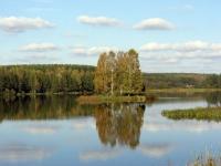 Остров на озере осенью